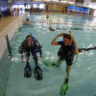 2 meisjes in duikuitrusting