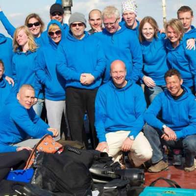 groep duikers met blauwe Qdiving hoodies