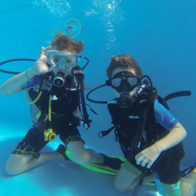 2 jongetjes onderwater met duikuitrusting