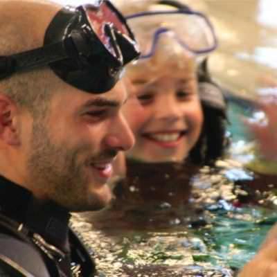 duiker in het water met masker op voorhoofd