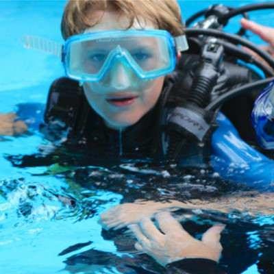 jongetje met duikmasker in het water