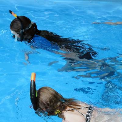 2 kinderen snorkelen in het water