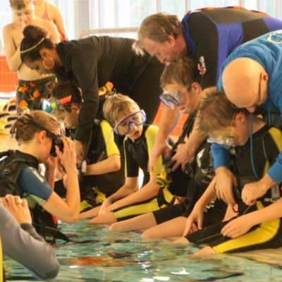 jonge duikers krijgen uitrusting om
